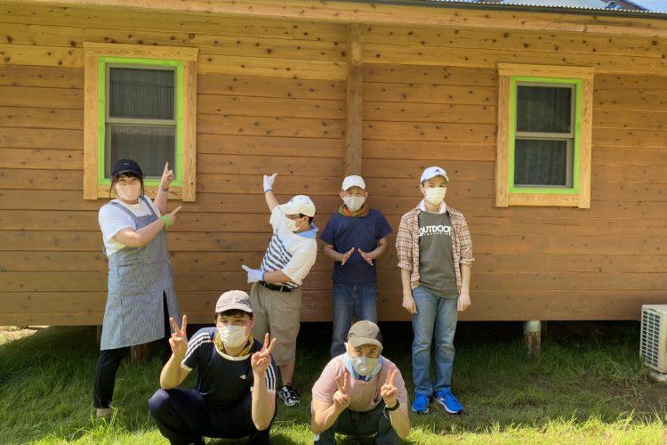 キラナが日中活動でまつぼっくりログハウスの塗装作業を行いました。